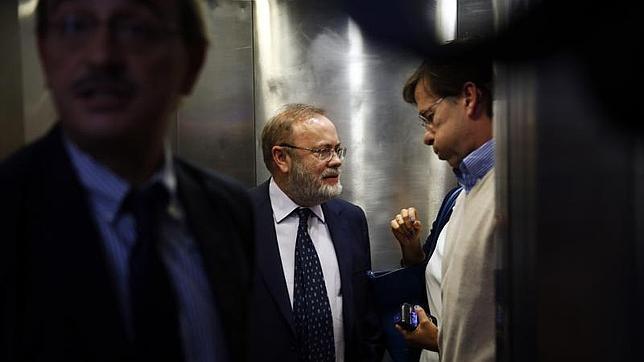 Rafael Pérez-Santamaria, gerente del Hospital de La Paz, con el doctor Ramón Arribas, jefe de la Unidad de Infecciosas, tras la rueda de prensa