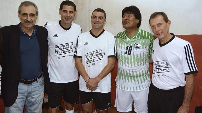 Evo Morales, tras jugar al fútbol en Santa Cruz, con los exmadridistas Fernando Hierro, Manolo Sanchis y Emilio Butragueño