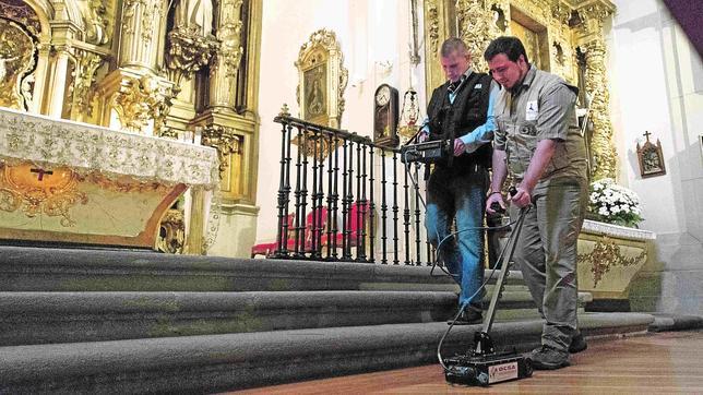 Los técnicos «peinan» el altar de la iglesia de Las Trinitarias con el georradar