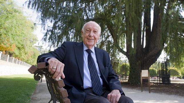 Antonio López Lillo, autor del libro «Árboles de Madrid», junto al ahuehuete del Retiro