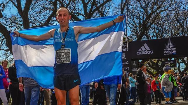 Confunden al ganador del maratón de Buenos Aires con un espontáneo