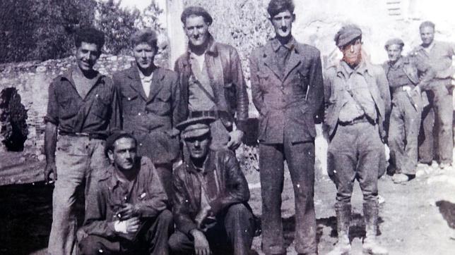 Orwell (segundo por la derecha de los retratados en primer plano) recibió un impacto de bala durante la Guerra Civil