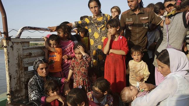 Mujeres y niños yazidíes que huían el pasado agosto del Estado Islámico