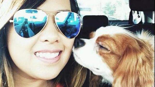 Nina Pham, la enfermera contagiada en EE.UU., junto a su perro