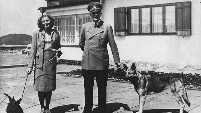 Adolf Hitler y Eva Braun en su casa de campo, posan con sus perros en 1941