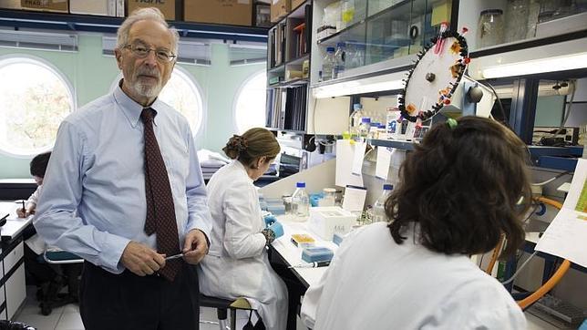 El virólogo del Centro Nacional de Biotecnología del CSIC, en su laboratorio de la Universidad Autónoma