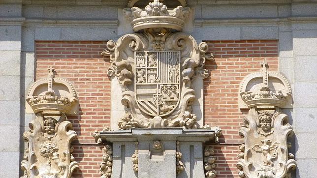 Detalle del escudo en el que aparece el dragón en la casa de la Villa de Madrid
