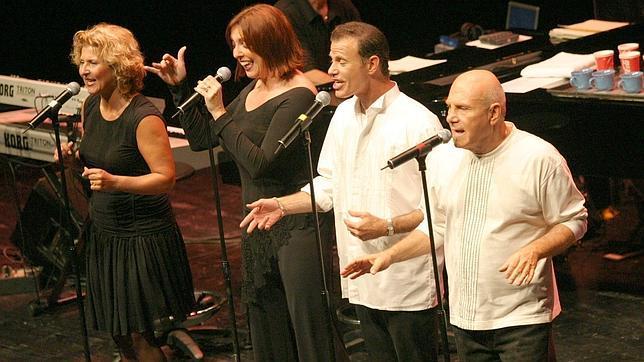 The Manhattan Transfer en el Festival de Jazz de San Sebasián de 2004. Tim Hauser es el primero por la derecha