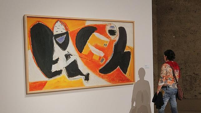 Una de las visitantes contempla una de las obras de Guerrero