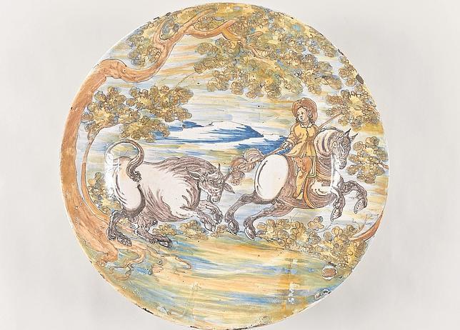 Plato de loza con la mujer alanceadora, bautizada como «Dulcinea»