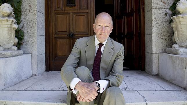 Simeón II de Bulgaria posa para ABC en su casa de Madrid, donde vivió cincuenta años de exilio