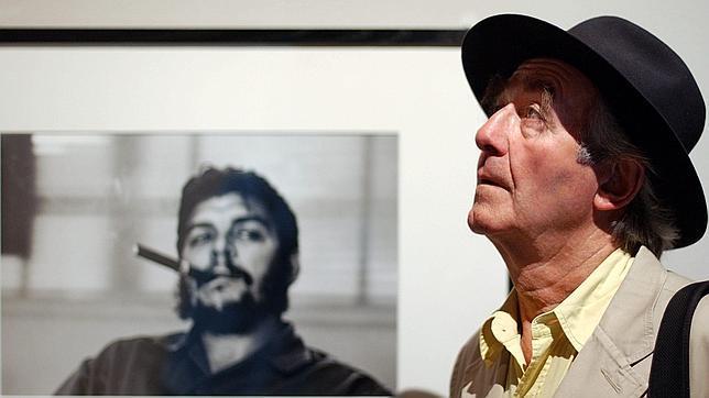 René Burri en 2004, durante una exposición, delante de su famoso retrato del Che Guevara
