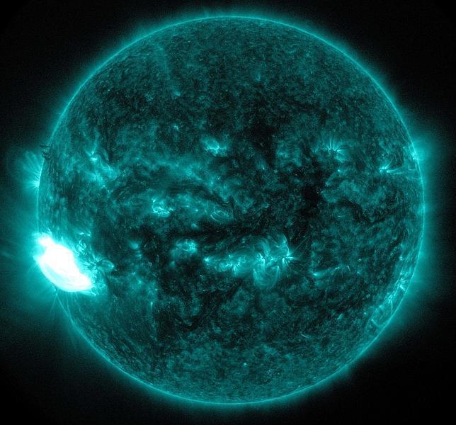 Una mancha solar once veces mayor que la Tierra lanza un «bombazo» al espacio