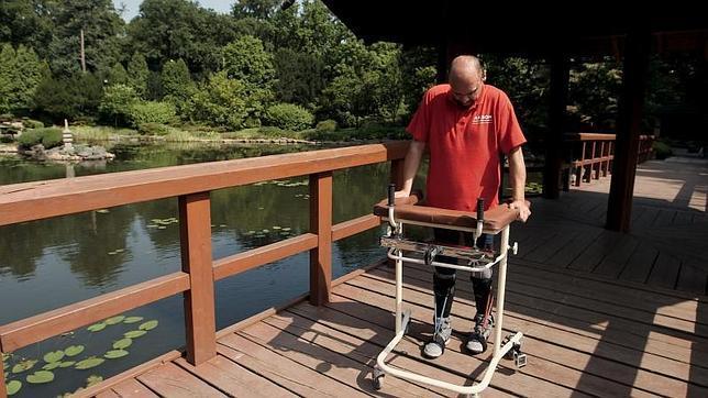 Darek caminando en la clínica de rehabilitación