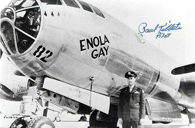 El coronel Tibbets junto al 'B-29' rotulado como 'Enola Gay', en honor de su madre, que transportaría la bomba 'Little Boy' hasta Hiroshima. Arriba, autógrafo del piloto