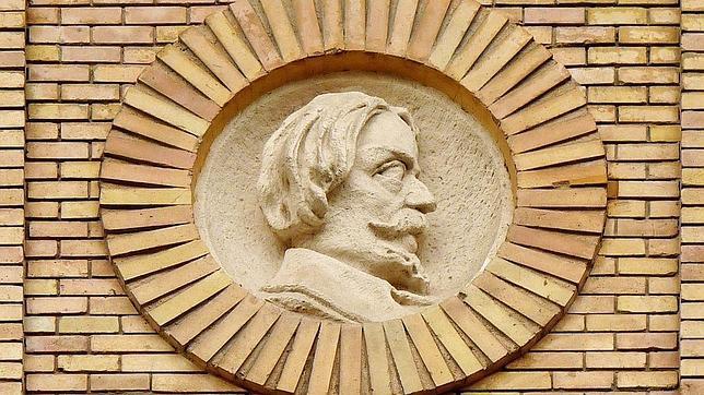 Medallón a Pedro Ciruelo en la Antigua Facultad de Medicina de Zaragoza