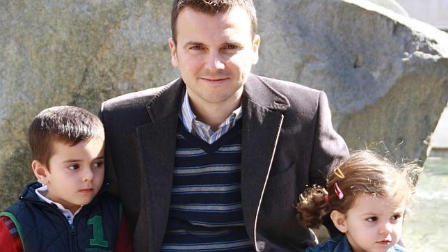 Miguel Majuelos, junto a sus hijos