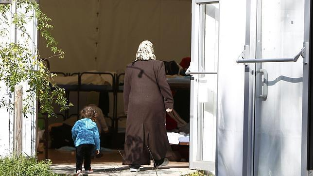 Una mujer y una niña en un centro de acogida en Munich