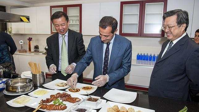 Salvador Victoria con el embajador chino en España, Zhu Bangza, en el Centro Cultural de China