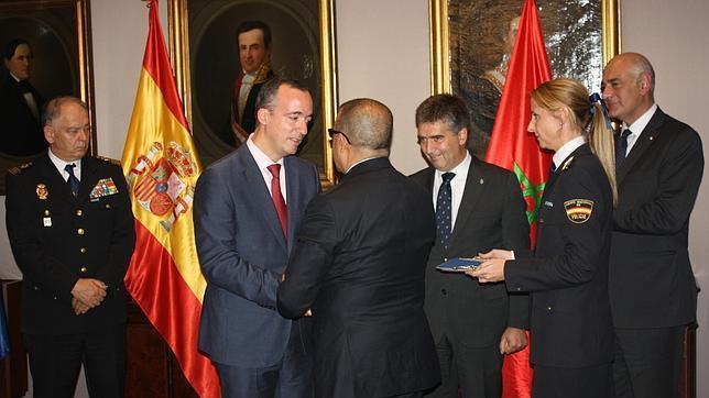 Interior condecora a los tres máximos responsables antiterroristas de Marruecos