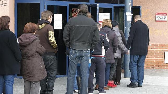 El paro baja en personas durante el verano la for Oficina registro madrid