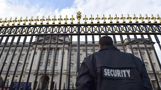 Detenido un agente de seguridad de Buckingham por guardar munición en sus armarios
