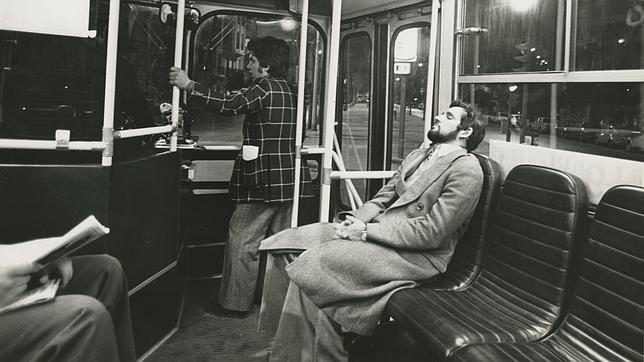 Imagen de archivo de un viajero en un autobús nocturno de Madrid, los conocidos como «búhos»