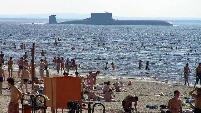 Un submarino Typhoon, cerca de la playa de Severodvinsk, en el norte de Rusia