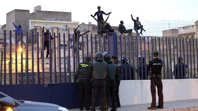 ¿Con qué «seguridad jurídica» opera la Guardia Civil en la valla?