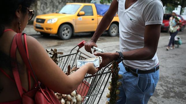 Una mujer compra cebollas con pesos cubanos en La Habana