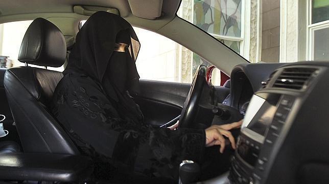 Mujeres saudíes se graban conduciendo para desafiar al gobierno islamista