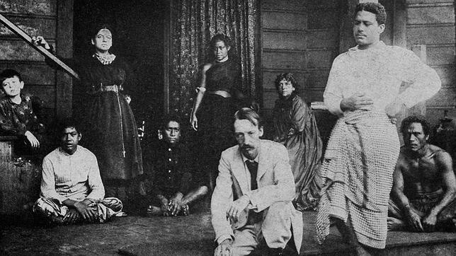Robert Louis Stevenson junto a los nativos de la isla Upolu, que le apodaron «Tusitala»: «El que cuenta historias»