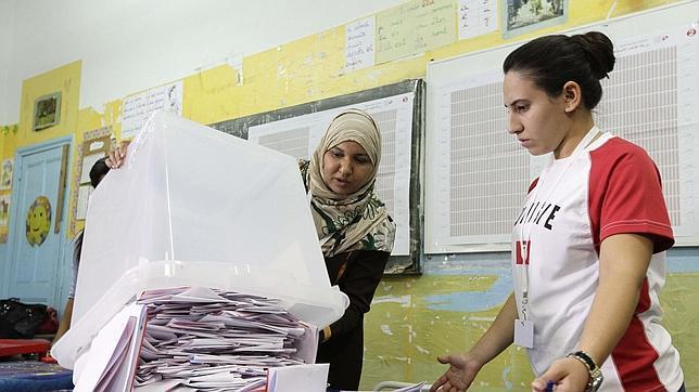 Dos mujeres tunecinas cuentan los votos correspondientes a las elecciones legislativas de su país