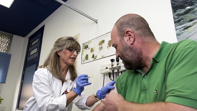 Un hombre se vacuna contra la gripe, en el día en el que arranca la campaña de vacunación