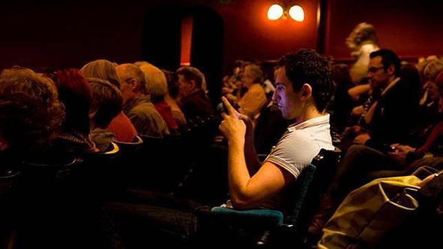 Ya está permitido tuitear en localidades determinadas de algunos teatros