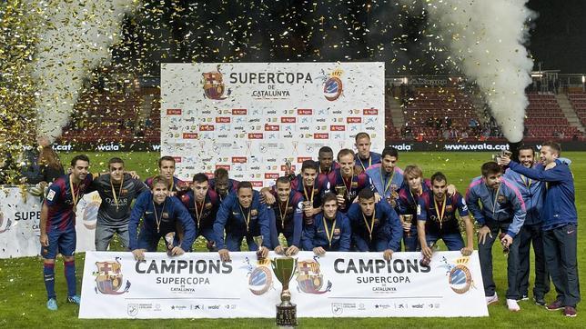 El Barcelona, en los penaltis, alza la Supercopa de Cataluña