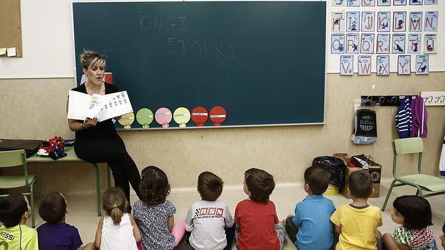 Una profesora frente a sus alumnos en clase en el comienzo del presente curso escolar