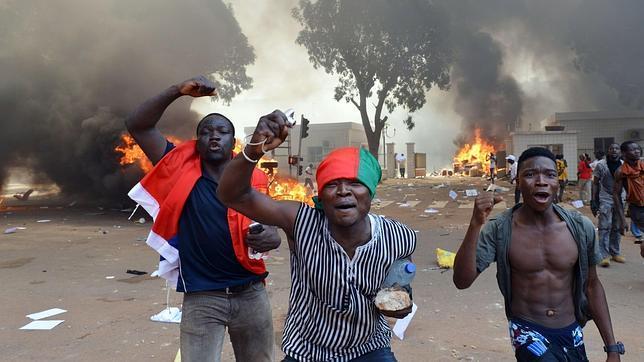 El presidente de Burkina Faso decreta el estado de emergencia y disuelve el Gobierno