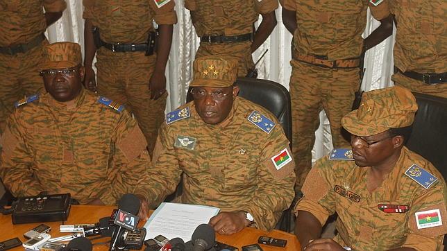 El general Honore Traore, rodeado de la cúpula militar, durante el anuncio de la dimisión del presidente