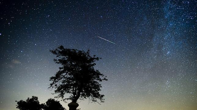 Una estrella fugaz cruza el cielo sobre Salgotarjan (Hungría) el pasado agosto