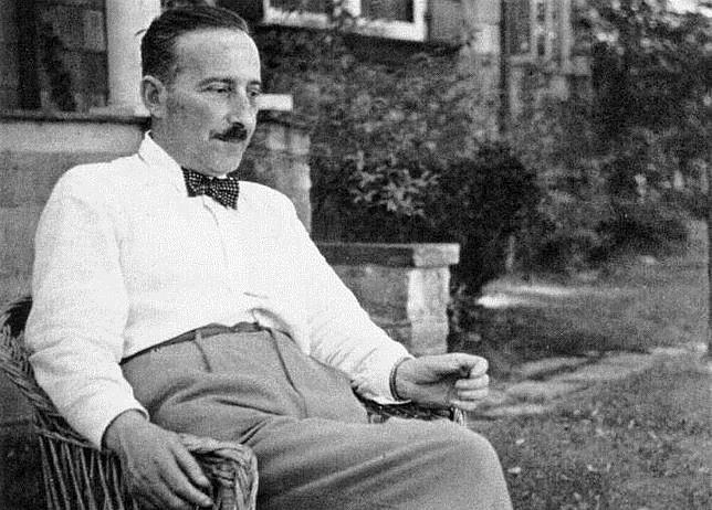 Stefan Zweig se marchó de Viena en 1934 (en la imagen, en la entrada de su casa), cuatro años antes de la ocupación nazi