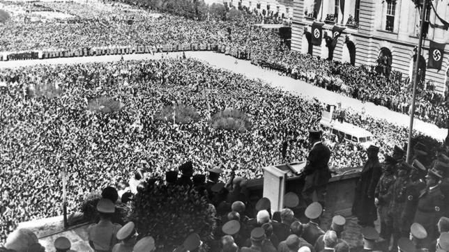 Adolf Hitler da un discurso en Viena (1938)
