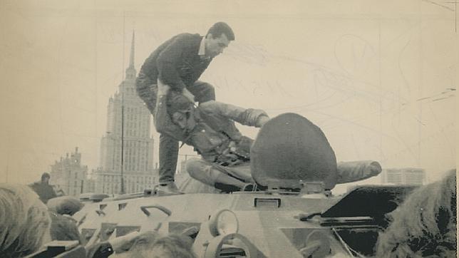 Un moscovita saca a la fuerza de un tanque a un soldado golpista