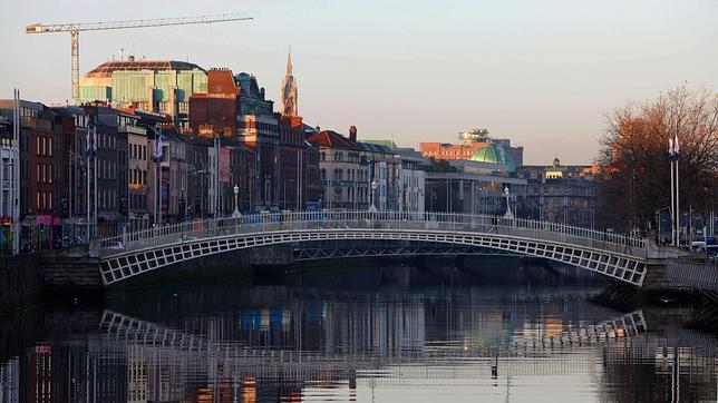 Viandantes cruzan el puente sobre el río Liffey, en Dublín (Irlanda)