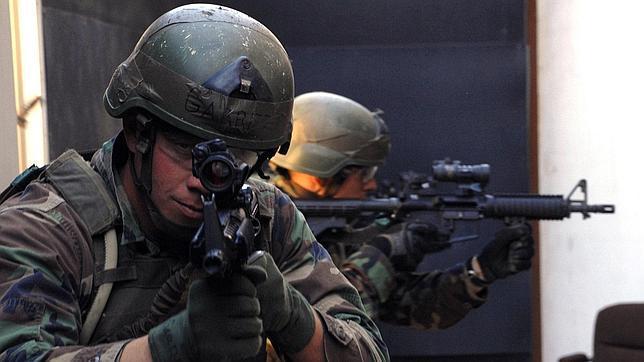 Varios integrantes del Navy Seal durante unas maniobras de combate