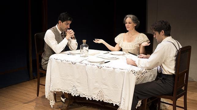 Silvia Marsó, con Carlos García y Alejandro Arestegui, en una escena de la obra