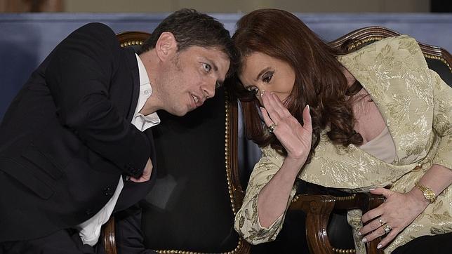 La presidenta de Argentina, Cristina Fernández de Kirchner, charla con el ministro de Economía, Axel Kicillof