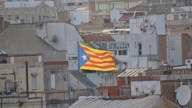 Una bandera independentista en los tejados de Barcelona