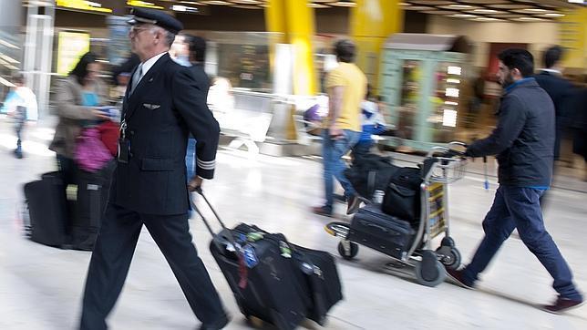 Un piloto de aerolínea en el aeropuerto Adolfo Suárez Madrid Barajas