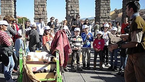 El arriero Claudio junto a un grupo de niños durante su representación